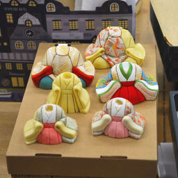 とのとひめ 雛人形 【制作風景】胴体に付けられた筋に生地を埋め込む「木目込(きめこみ)」もすべて手作業で行います。