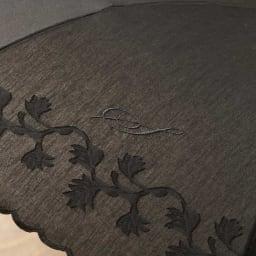 名入れ(イニシャル)オーダー 日本製カットジャカード 刺繍折りたたみ 日傘 名入れ例:目立ちすぎず、さりげないワンポイントに。 (ウ)ブラック
