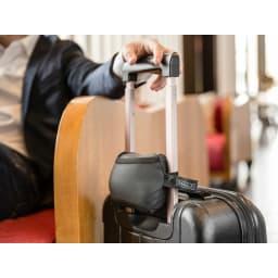 BANALE/バナーレ OMNI PILLOW オムニピロー 3in1 折り畳むとマンゴー程度のサイズになり、スナップボタン付きベルトでスーツケースに取り付けたまま移動