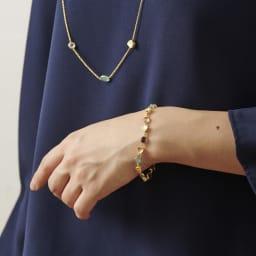 AZUNI バングル  【イギリス王室キャサリン妃着用で話題のブランド】 [コーディネート例]  (ウ)ゴールドブルー 別売りのバングルやネックレスと合わせてつけるとおしゃれです。