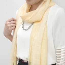 ファッションクリップ クリームカラー イニシャルチャーム付き 特許取得 着用イメージ 首に巻いたスカーフに留めるとネックレス代わりに ※お届けの色とは異なります