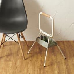 LOHATES/ロハテス 立ち上がり補助手すり・トレー付き (ア)ホワイト 椅子から立ち上げる時にあると安心。