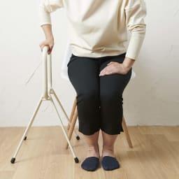 LOHATES/ロハテス 立ち上がり補助手すり・トレー付き (1)手すりの位置がひざの頭の少し前になるように商品を置いてください。(胴体の真横に置くと立ち上がりにくいので注意してください)※写真は脚部先端の仕様が異なります※トレーが付属します