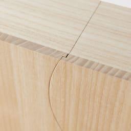 想ひ箱 日本製ミニ仏壇 ブラック・グレー 扉は、曲線のラインに沿ってぴったりときれいに締まります。ここには熟練職人の技が詰まっています。 ※お届けの商品とは色が異なります。