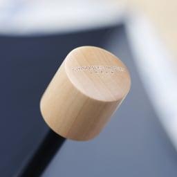 花紀行 クリスタルガラス&ペイズリー刺繍 二重張り折り畳み日傘 ナチュラルな質感の持ち手。