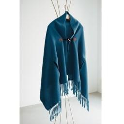 毛布屋さんが作ったespoir肌ざわりここちよいショール (ア)マジョリカブルー サイドのスリットから腕が出せる、便利で動きやすいデザインも特徴です。