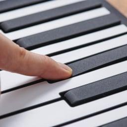 ロールアップピアノ 白鍵盤と黒鍵盤にも少し段差がつけられており、より本物のピアノをイメージして演奏をお楽しみいただけます。