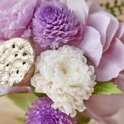 ガラスドームミニ仏花プリザーブド 生花を加工したプリザーブドフラワーの小菊や千日紅。