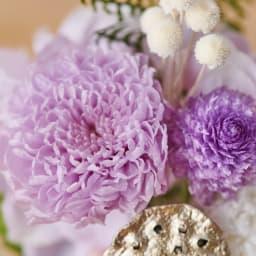 ガラスドームミニ仏花プリザーブド 「菊」は皇室の紋にも使われていることから、古来より日本を象徴する花として親しまれてきました。