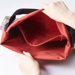 ウーゴ ペイズリーバック レッド系 大きなチャック付きポケットで、携帯や鍵など分けて収納できます。