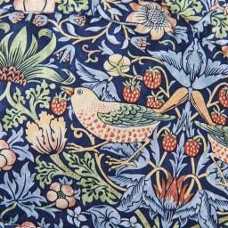 〈モリスギャラリー〉ダウンベスト ウイリアム・モリスの代表的な柄「いちご泥棒」庭先に植えられていたいちごの実をツグミが盗み食いをしている姿からインスピレーションを得ています。