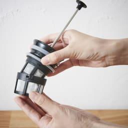 ウルトラライトコーヒープレスボトル フィルターをシャフトにしっかりと装着します。