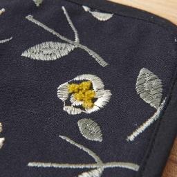 くろちく ミニラウンドバッグ新柄 (ウ)椿黒 生地アップ 立体的なパイル刺繍がかわいい。