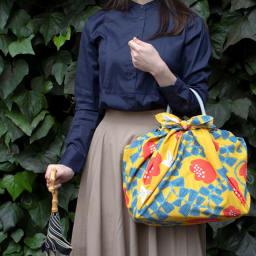 はっ水風呂敷 京都ふろしき専門店「むす美」 (イ)ハチドリ 雨の日のバッグカバーに。意外に簡単に包めます。