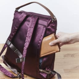 ハーブはっ水軽量リュック 背面のポケットは貴重品の収納にも便利。
