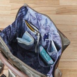 ハーブはっ水軽量リュック 目印のリボンテープを装飾した段ポケット。ポケットの位置が一目でわかり迷いません。