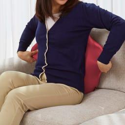 キュビーズクッション CuCuスタンダード 左右に引っ張ることで、からだと椅子との隙間が埋まり、フィットします。