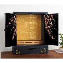 紀州塗 漆器ミニ仏壇 しだれ桜 仏壇・大 扉を開くと花枝が飛び出すような立体感に。 ※写真は仏壇・大&置き台です。こちらの商品には置き台は含まれません。上部仏壇のみとなります。
