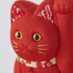 くろちく 古布木目込人形 招き猫 (エ)赤 顔アップ。※古布部分は1点1点色柄が異なります。