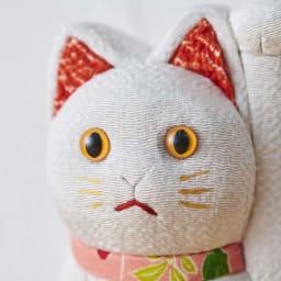 くろちく 古布木目込人形 招き猫 (ウ)白 顔アップ。※古布部分は1点1点色柄が異なります。