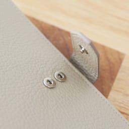 イタリア製通院用ウォレット(お薬手帳入れ) GIUDI/ジウディ 正面のスナップボタンは、2段階調節が可能。中身の量によって調節できます。