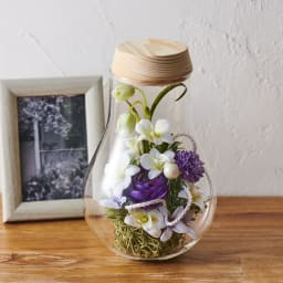 灯る仏花(R) 蘭 ボトルに入っているのでホコリがつきにくくお手入れが簡単なため贈り物としてもオススメです。