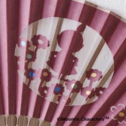 【お名前オーダー】ムーミン切り絵京扇子 (イ)リトルミイ<br />お花に囲まれたリトルミイがかわいらしい。