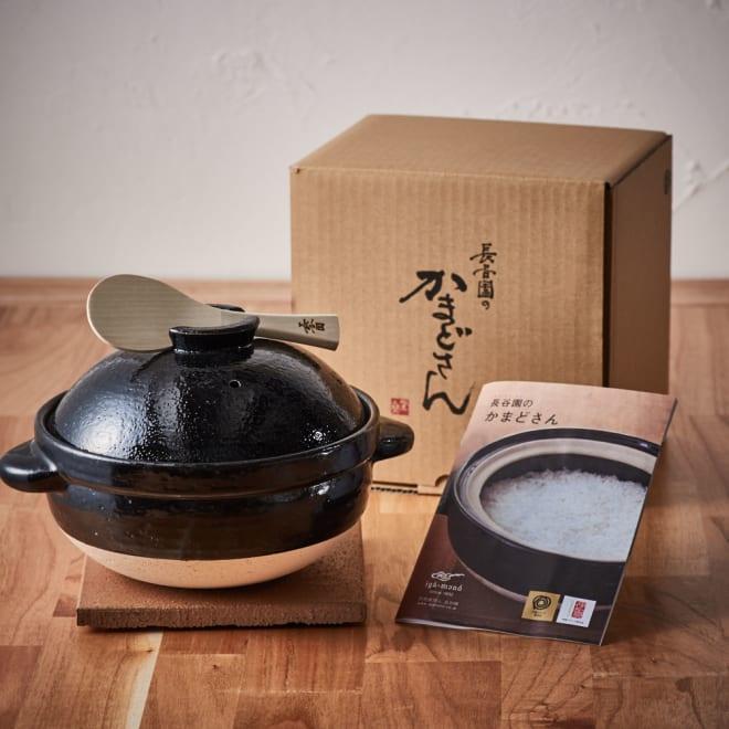 火加減いらずの長谷園かまどさん 3合炊き 土鍋、しゃもじ、陶敷板、かまどさんレシピの4点セット。