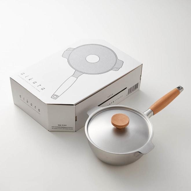 aikata/アイカタ 両口ステンレス雪平鍋18cm・フタセット 汁物が注ぎやすいのが特長の片手雪平鍋。パッケージもおしゃれで結婚や引っ越しなどのお祝いギフトにもおすすめです。