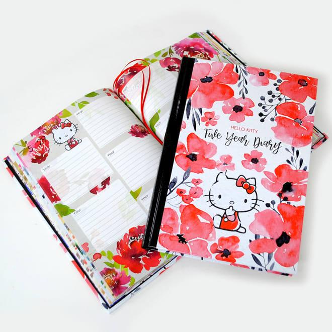5年日記帳ハローキティ 華やかな水彩で描かれたお花の中に、ハローキティがたたずむ、5年日記帳