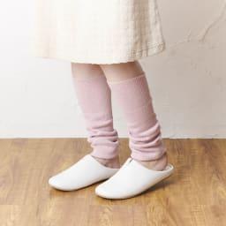 カインドケア/シルク混ゆったりレッグウォーマー色違い2色組 (ア)グレー×ピンク ピンク着用イメージ