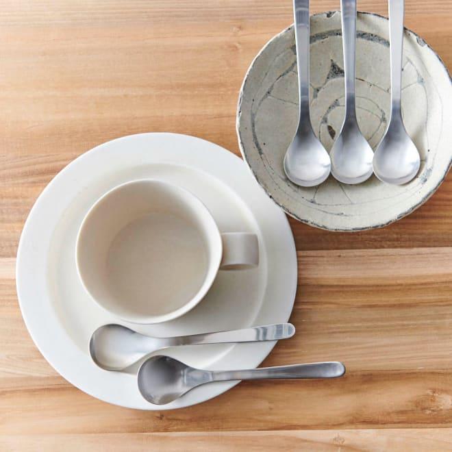 柳宗理 ティースプーン 5本セット シンプルながらおしゃれで、食卓が映えます。※お皿は含まれません。