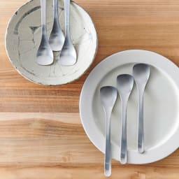 柳宗理 アイスクリームスプーン 6本セット シンプルながらおしゃれで、食卓に映えます。※お皿は含まれません。