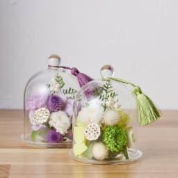ガラスドームミニ仏花プリザーブド 生花を加工したプリザーブドフラワーの小菊や千日紅が主役のガラスドームの供花。水やりも不要です。