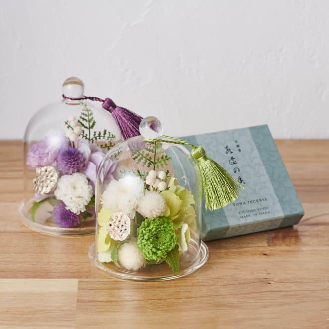 ガラスドームミニ仏花プリザーブドお線香付 生花を加工したプリザーブドフラワーの小菊や千日紅が主役のガラスドームの供花。水やりも不要です。