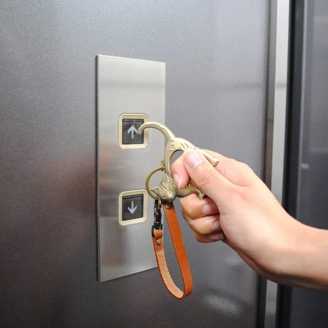 アイボリーキャッツ 非接触キーホルダー 気になるエレベーターのボタンも、アイボリーキャッツのしっぽが代わりにタッチ!