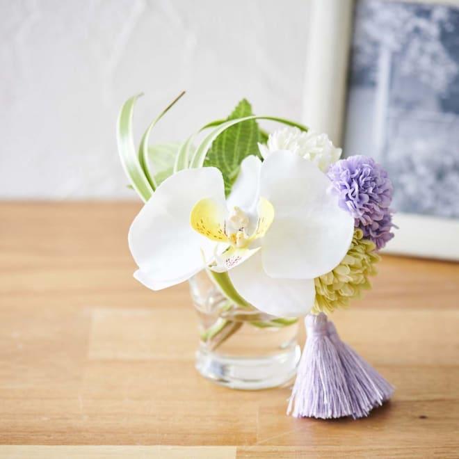 胡蝶蘭マジックウォーターミニ供花 高貴で清楚な雰囲気を持つ姿から「純粋な愛」という花言葉を持つ胡蝶蘭を使ったマジックウォーターの仏花アレンジメント。