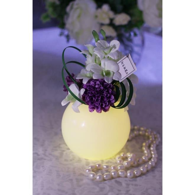 灯る仏花(R) タイマーライト付き 花器は天然のワックスになっており、ぼんぼりの様なやさしい光でお仏壇を照らします。※置く場所の暗さにより点灯時の色味・見え方は異なります。