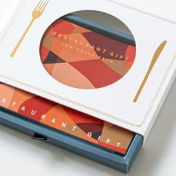 体験ギフト・レストランギフト (RED) 専用のギフトボックスのリボンをつまんで引き出すと、お皿の形に透けていた冊子が現れます。