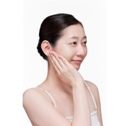 かづきれいこ スマートクリアベース 15g 分離したまま、手のひら全体を使って、顔に塗り込むように薄くのばすのがコツ!