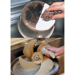 スーパーアミロン 2L(ホワイトラベル) [上]鍋の焦げは付属の布タワシと合わせて使うと落としやすい。 [下]換気扇の頑固な汚れは5倍に薄めた液につけ置きすればスムーズに。