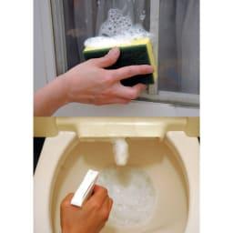 スーパーアミロン 2L(ホワイトラベル) [上]泡がとどまりたれてこないので網戸の掃除もラク。 [下]洗浄器付きトイレのノズルには、とどまる泡が効果的。