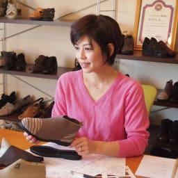 〈ミスキョウコ〉はっ水ストレッチ 4Eフォーマルレースパンプス Miss Kyouko Original Walking Style 外反母趾で靴選びに悩んでいたお母様のために、靴作りを始めたのがこのブランドの原点。ゆったり履けるのにスッキリおしゃれ、しかも歩きやすくて疲れにくいと人気です。