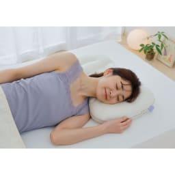 iiyume枕セット 寝返りの動きに合わせて、枕の中央から両サイドに素材が流動する、スマートスローブ構造を採用。