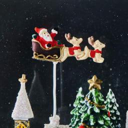 スクエアランタン型スノードームクリスマスの夜 スノードームの中のフィギュア部分アップ。