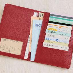 ラミネートカードも入る牛革お薬手帳ケース お薬手帳や診察券など、たっぷり収納できます。