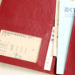 ラミネートカードも入る牛革お薬手帳ケース ラミネート加工のカードも収納できます。