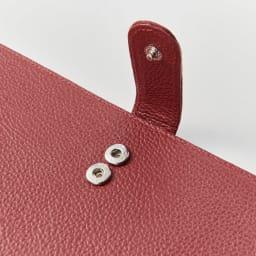 ラミネートカードも入る牛革お薬手帳ケース 厚みによって調整できる2段階のスナップボタン。