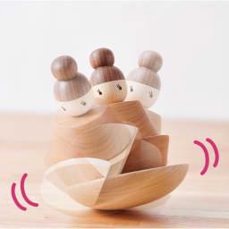 きのいいお雛さま 台座はお椀の様に丸みを帯びたデザイン。手で揺らすとスイングする楽しいつくり。