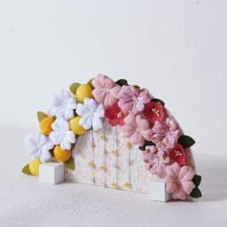 〈京都龍虎〉ちりめん舞桜雛飾り つまみ細工の花々が施された豪華な花屏風。